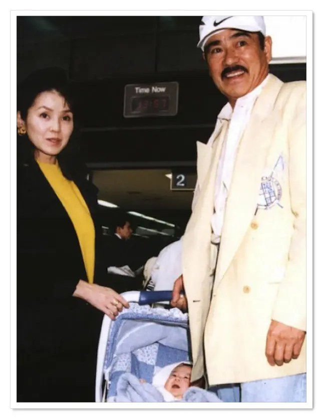 眞栄田郷敦の父親の千葉真一と母親の玉美が赤ちゃんを連れている