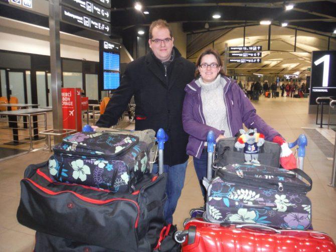 Regardez les, fiers comme Harpagon avec leurs bagages et leur coupe saut du lit