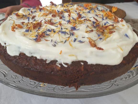 Carrot cake décoré de fleurs comestibles