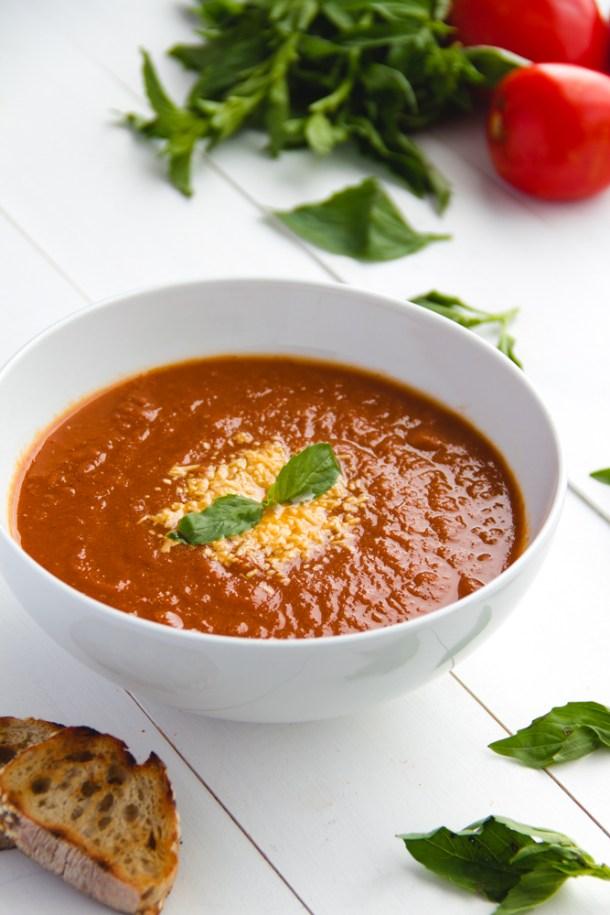 Sopa de tomates asados y albahaca