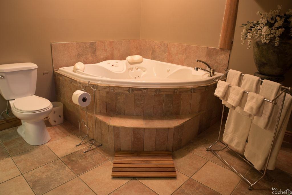 Domaine forêt d'eau - Chalet 16 personnes à louer au lac Simon en Outaouais - Salle de bain avec bain tourbillon