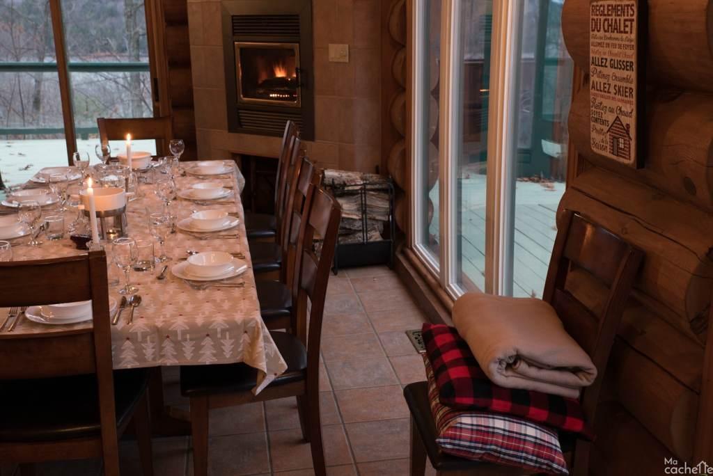 Domaine forêt d'eau - Chalet 16 personnes à louer au lac Simon en Outaouais - Salle à manger pour 16 personnes avec foyer au bois