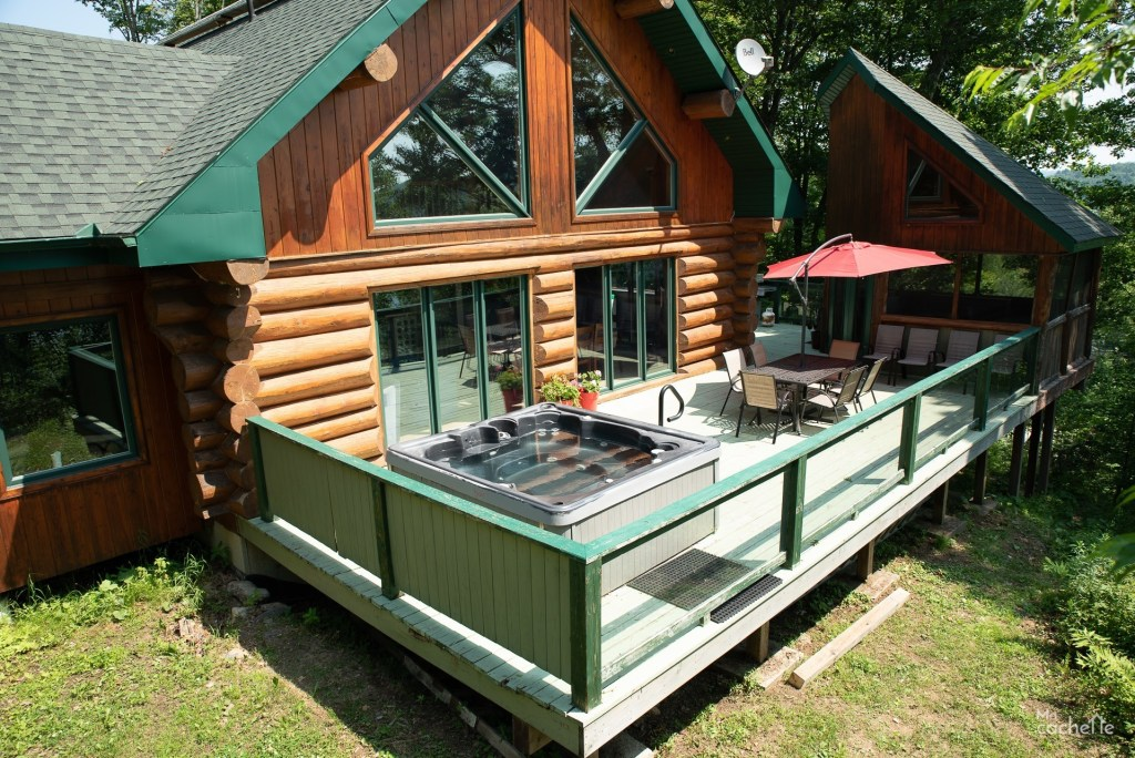 Terrasse avec SPA et table à dîner