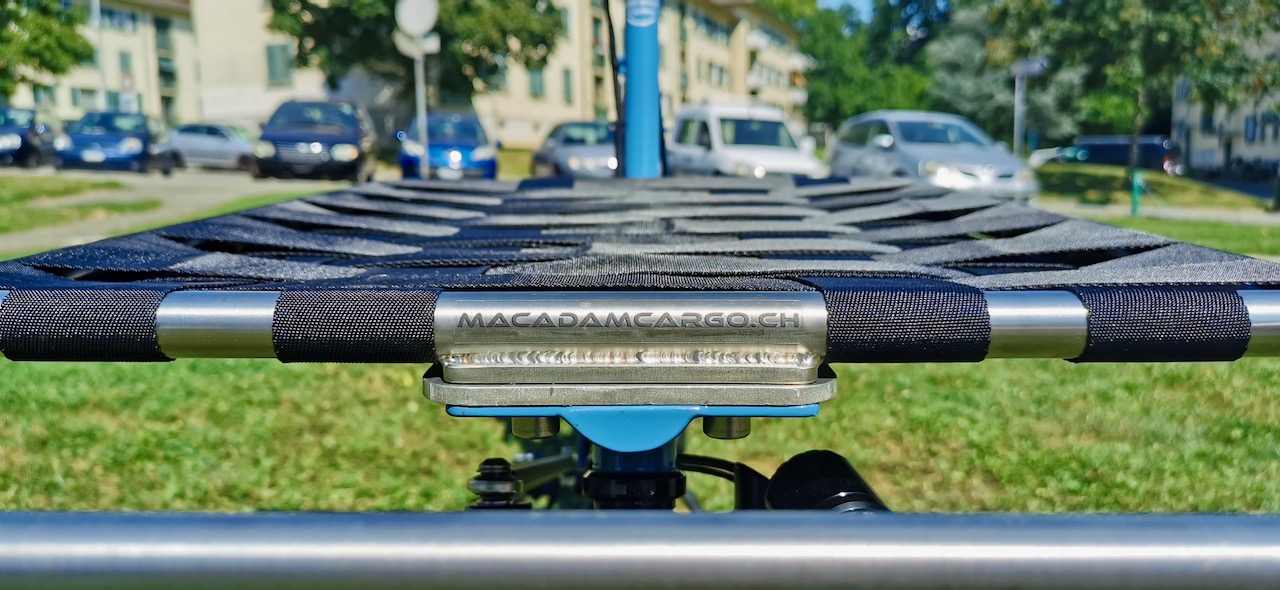 Logo Macadam cargo sur rack inox style Omnium