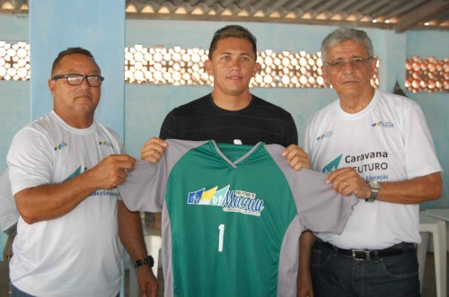 Secretário do Desporto, João Siqueira e Secretário adjunto Wilton Mariano fazem a entrega do material esportivo