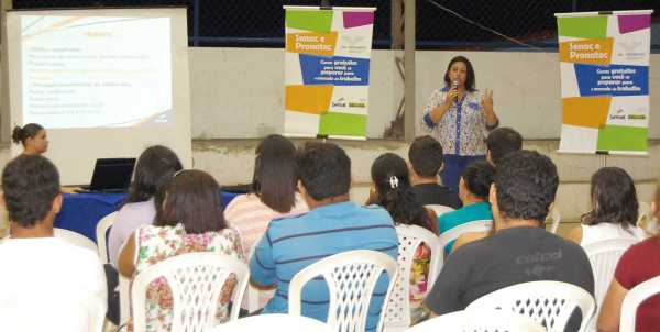 Coordenadora pedagógica do Senac, Lidiane Alves de Melo faz aula expositiva do Pronatec