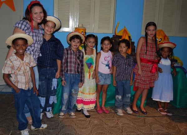 Professora Socorro Maciel e seus alunos.