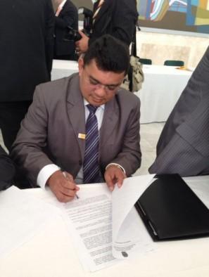 Prefeito Kerginaldo assinando o convênio que garantiu verba para aplicação em recursos hídricos no município