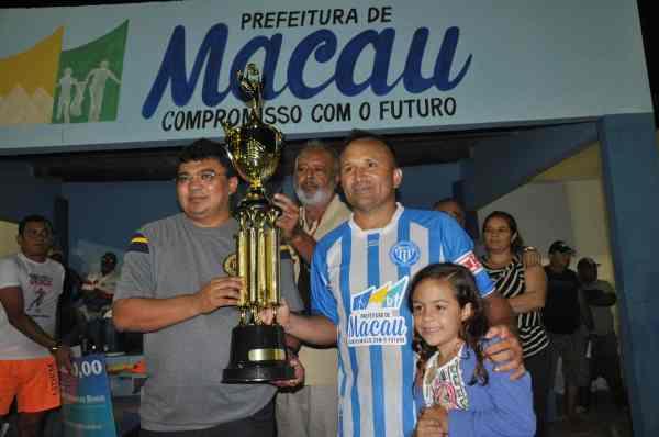 Prefeito Kerginaldo faz entrega do troféu ao campeão