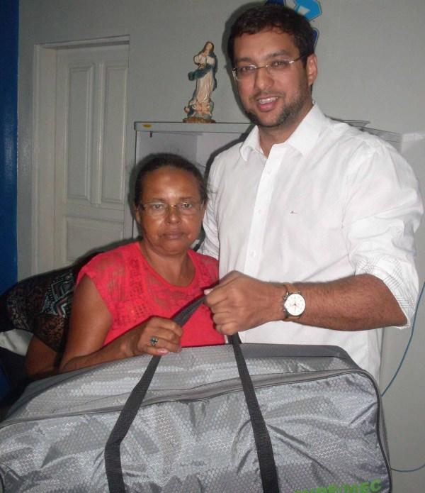 Sílvia Regina, diretora da Unidade 8 ( Assentamento Sebastião Andrade), com o secretário Rodrigo Aladim.