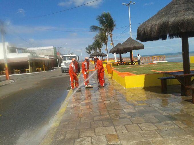 Trabalhadores executando os serviços de limpeza em Camapum