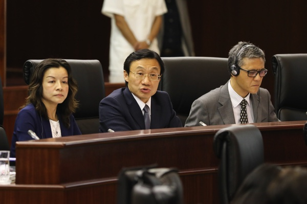 Alexi Tam (center)