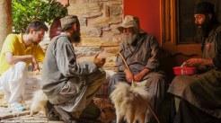 Νέοι μοναχοί συγκεντρώνονται γύρω από τον πιο ηλικιωμένο στην Μονή Δοχειαρίου