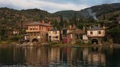 Ο απλός τρόπος ζωής: Οι παλιές αποθήκες στο λιμάνι του Βατοπεδίου