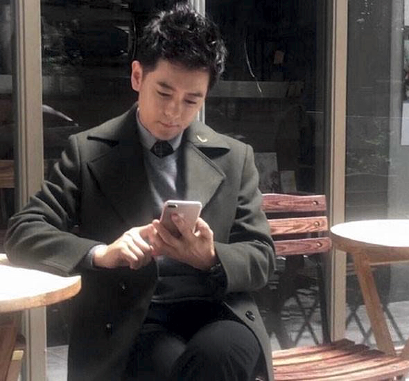 Jimmy Lin with an Apple iPhone 7 Plus (photo: Phượng Hoàng)