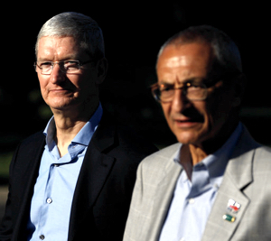 Tim Cook (left), Apple's chief, and John Podesta, after an event Mr. Cook held for Hillary Clinton in August. (Photo:  Aaron P. Bernstein/Reuters)