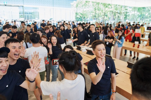 Apple Xinyi A13's 155 team members, over half from Apple Taipei 101 and Apple Stores across the region, collectively speak more than 10 languages.