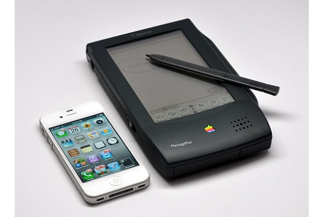 Apple iPhone 4 (left) next to Newton MessagePad (photo: Harry McCracken / TIME.com)