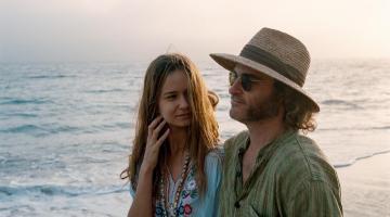 Katherine Waterston y Joaquin Phoenix en Puro vicio