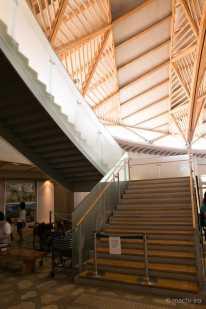 レストランにはこの大きな階段を登っていきます。また、エレベータもあります。
