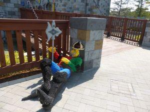 城門の傍らで昼寝をする兵隊像