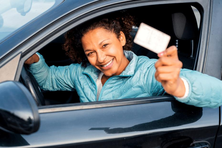 mulher segurando carteira provisória