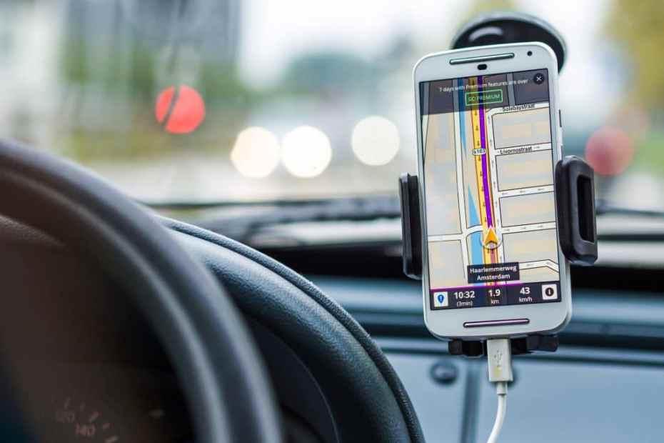 Na imagem, celular no carro com aplicativo de motorista aberto