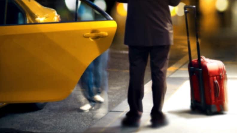 Passageiro entrando em táxi