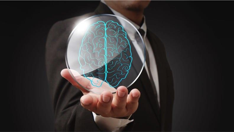 Homem segurando ilustração de cérebro