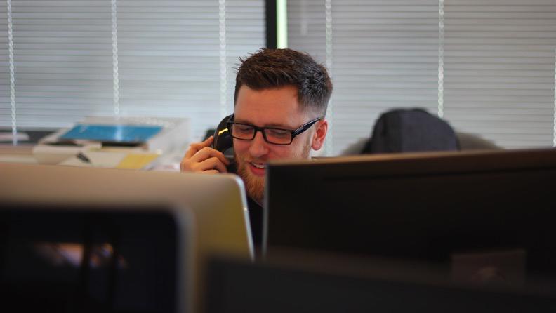 Homem falando no telefone