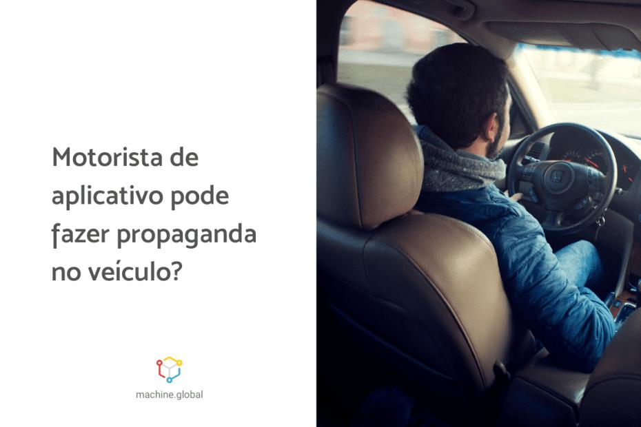 Motorista dirigindo um carro, ao lado uma arte em que está escrito: motorista de aplicativo pode fazer propaganda no veículo?