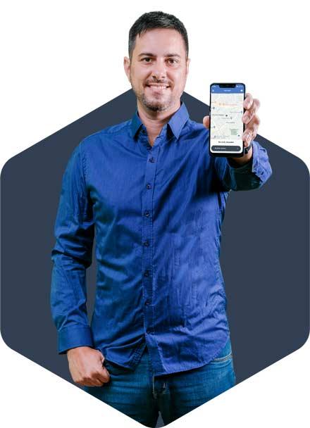 Fernando Floripa segurando celular com app da Machine