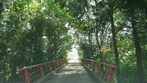 夏はもう終わるけど、これから夏休みが始まりそうな久慈川を渡る橋の様子です。(白河市・男性)