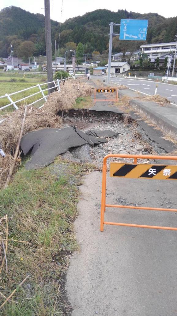 関岡地区のサイクリンロードです。台風19号の影響で、久慈川が氾濫し冠水した結果、道路が寸断されました。(東館・男性)