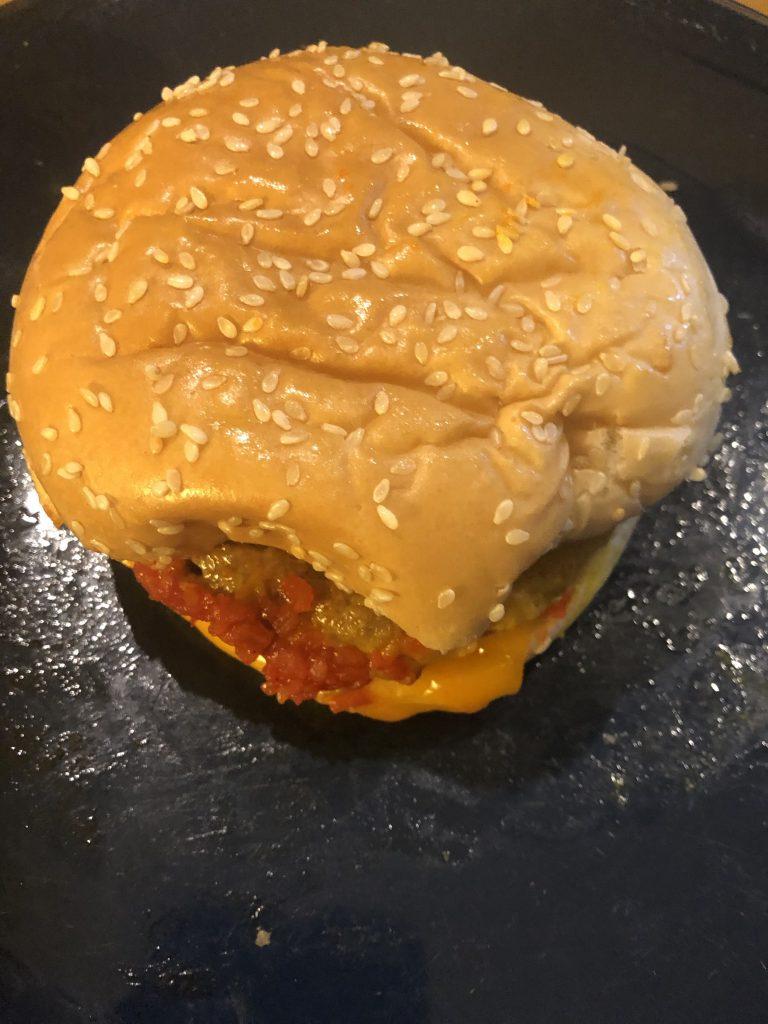 """Sieht dieser Veggie-Burger der  Lidl-Marke """"Next Level Meat"""" lecker aus? Nicht wirklich!"""