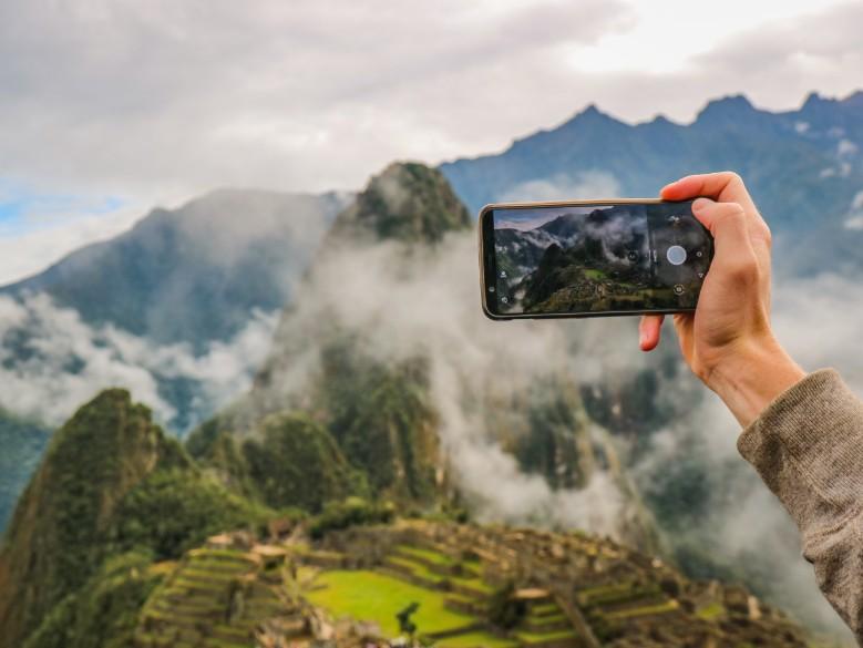 Pessoa fotografando com o celular na viagem ao Peru