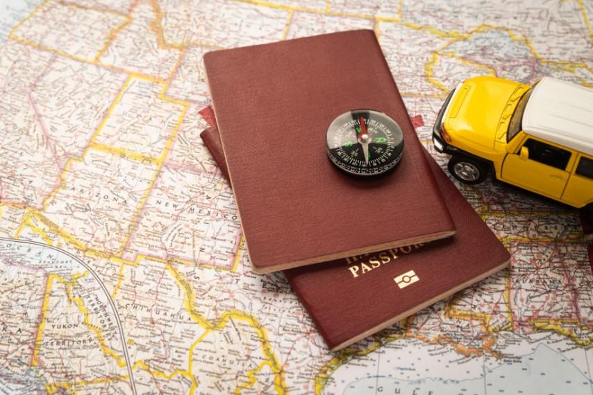 passaporte com mapa e bússola para viagem ao peru