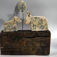 Zwei Schafe - Keramik auf Altholz