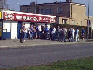 Mini Market GOL oblegany przez kibiców Lecha.