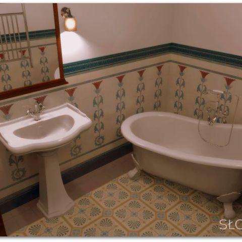 XIX wieczne wnętrze – łazienka widok na wannę