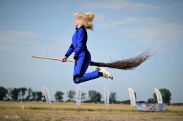 Lot na miotle. Szymanów 28.07.2019 latanie na miotle na lotnisku w Szymanowie. Fot. Maciej Załuski