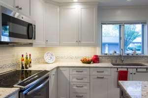 Windermere Quartz Countertops and Mouser Cabinetry with Praxton door style in Linen Paint