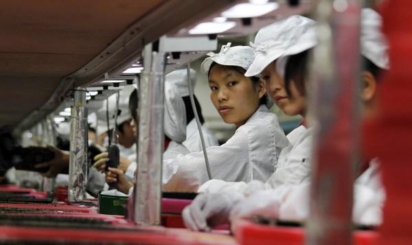 Trabalhadoras em fábrica da Foxconn