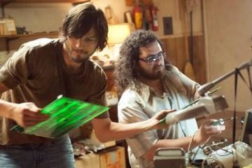 Ashton Kutcher atuando como Jobs em filme