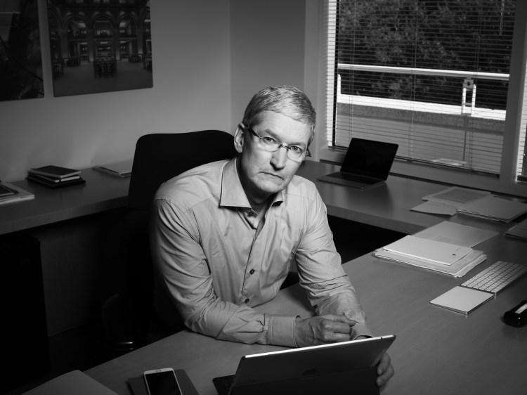 Foto monocromática (preto e branco) de Tim Cook em sua sala para a TIME