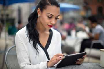 Mulher lendo em um iPad