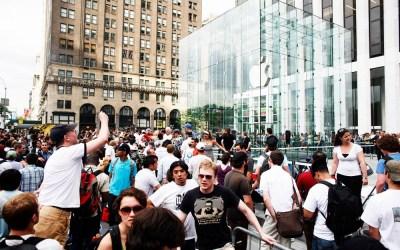 Fila em loja da Apple para o lançamento do iPhone, em 2007