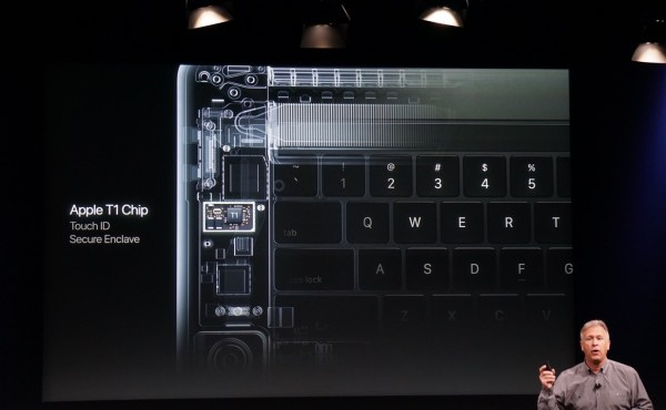 Phil Schiller apresenta o chip T1 do novo MacBook Pro