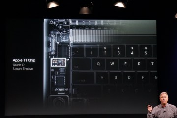 Phil Schiller apresenta o chip T1 do novo MacBook Pro