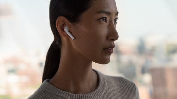 Mulher asiática com AirPods nos ouvidos